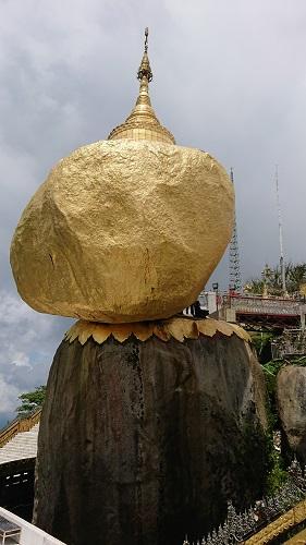 ほんとに絶妙なバランスで落ちそうで落ちない不思議な巨石。