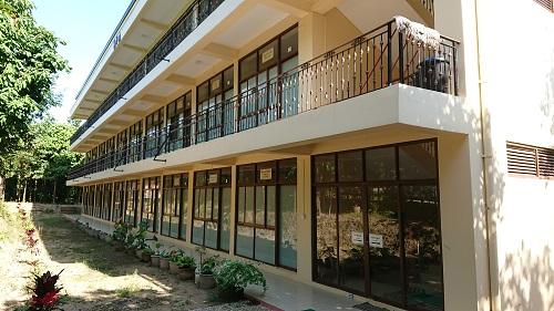 尼さんの宿舎と瞑想センターの建物。尼さんを多く見かけました。建物はすべてお布施とか。