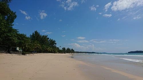 どこまでも砂浜が続くビーチ