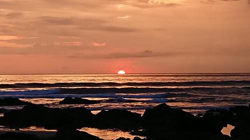 夕陽が海に沈んでいきます。感動的!