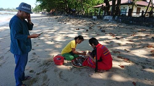 貝殻を売りあるく売り子さんとガイドのソーさん。