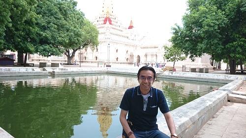アーナンダ寺院にて。頬がしろいのは、パイ村でタナカをつけたからです