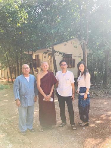 事務局の僧侶と新垣玄龍さん、ソフィア・エムートさんとともに。